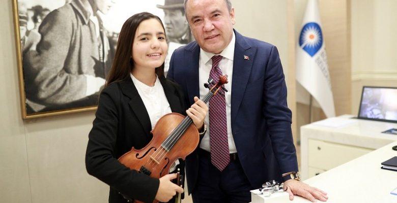 Kemanın yıldızı 13 yaşındaki Elif, ABD'de üçüncü oldu