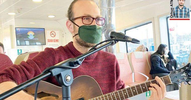 Şehir Hatları vapurlarının gönüllü müzisyenlerinden Burak Şen