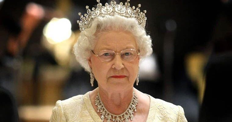 The Crown'ın yaratıcısı Kraliçe Elizabeth'i anlattı