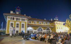 Yılmaz Güney'in Umut filminin gösterimi, ilk sahnesinin çekildiği tren istasyonu önünde yapıldı